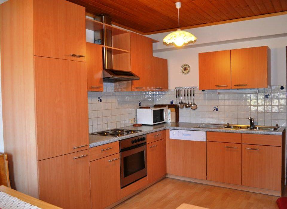 Image: Mikrowelle, Elektroherd mit Backofen, Kühlschrank mit Gefrierfach, Toaster, Eierkocher, Wasserkocher ..