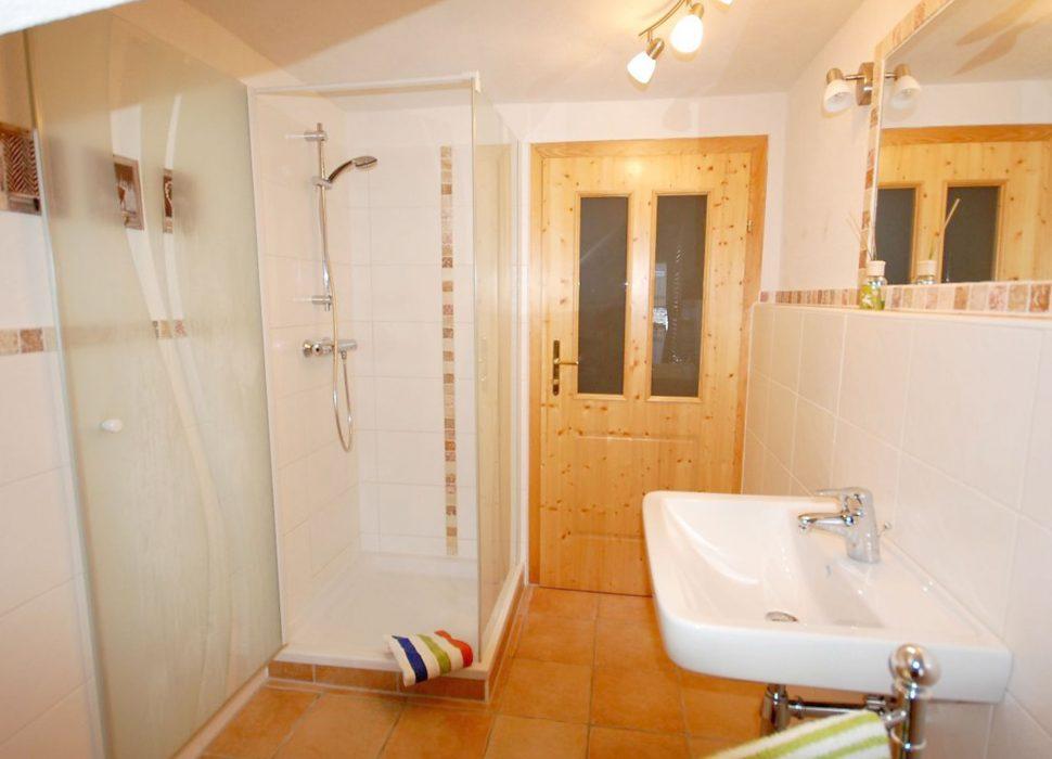 Image: Groß und sehr geräumig das ganz neue Badezimmer im 2. Stock mit Dusche und Waschbecken, sowie Haarföhn.